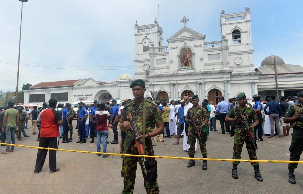 Lực lượng an ninh Sri Lanka phong tỏa hiện trường vụ nổ tại nhà thờ ở khu vực Kochchikade, Colombo, ngày 21/4. (Ảnh: AFP/TTXVN)