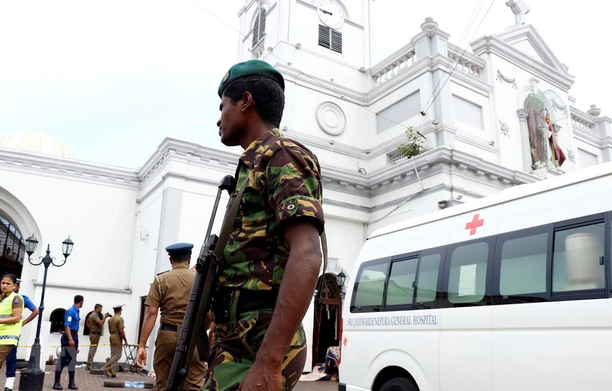 Lực lượng an ninh Sri Lanka được triển khai bên ngoài nhà thờ St. Anthony ở thủ đô Colombo sau vụ nổ ngày 21/4. (Ảnh: THX/TTXVN)