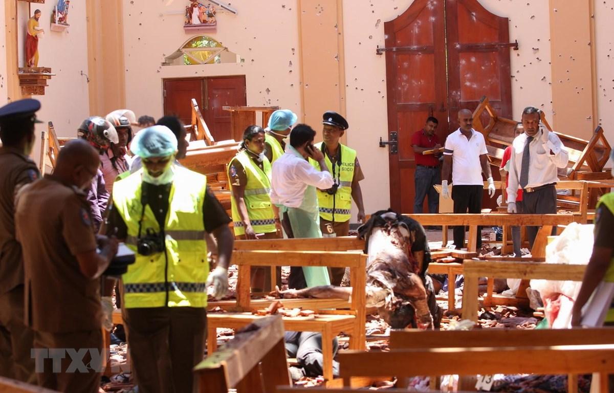 Lực lượng an ninh điều tra tại hiện trường vụ nổ bên trong nhà thờ ở Negombo, phía bắc thủ đô Colombo của Sri Lanka, ngày 21/4. (Ảnh: AFP/TTXVN)