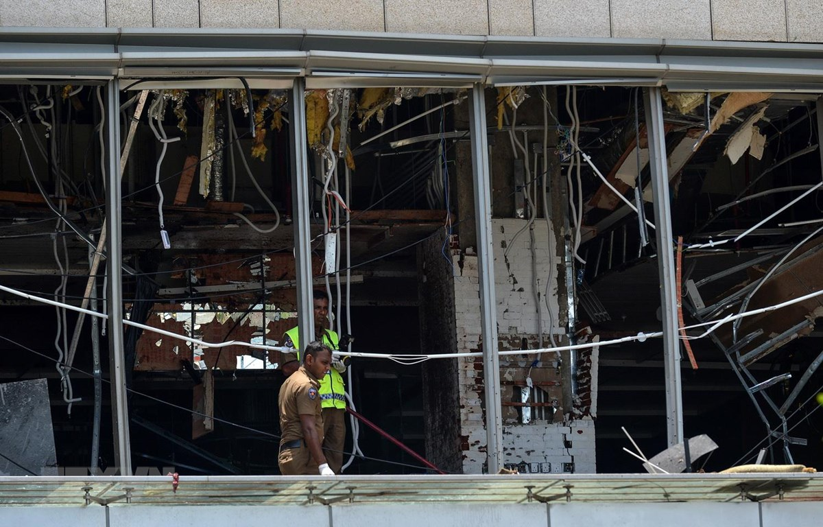 Cảnh sát điều tra tại hiện trường vụ nổ ở khách sạn Shangri-La ở thủ đô Colombo của Sri Lanka, ngày 21/4. (Ảnh: AFP/TTXVN)