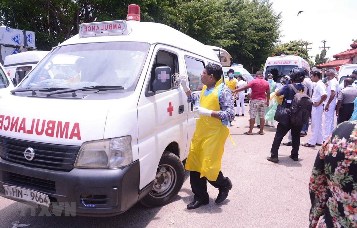 Xe cứu thương đưa các nạn nhân trong loạt vụ nổ tới bệnh viện ở Negombo, phía bắc Colombo, Sri Lanka, ngày 21/4. (Ảnh: THX/TTXVN)