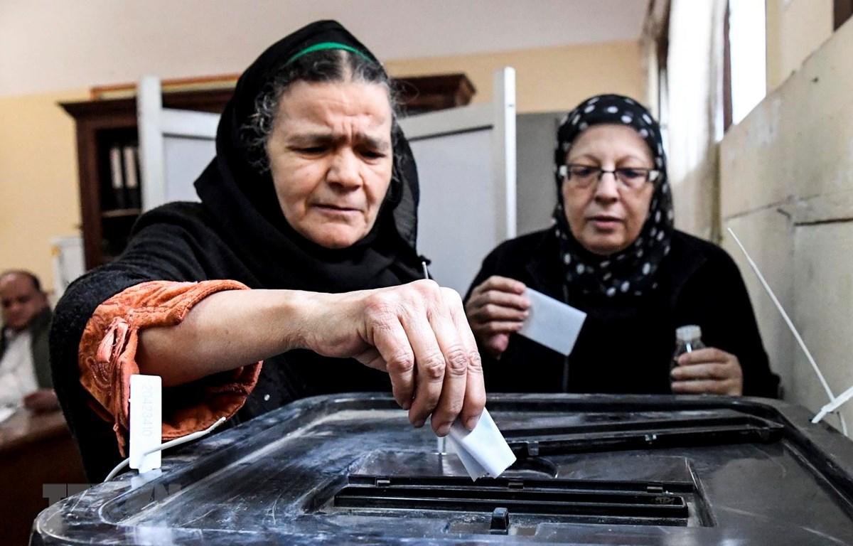 Cử tri Ai Cập bỏ phiếu tại một địa điểm bầu cử ở Cairo. (Ảnh: AFP/TTXVN)