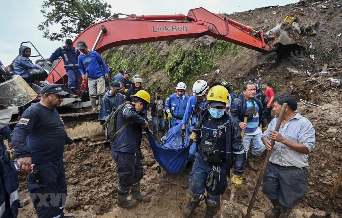 Lực lượng cứu hộ chuyển thi thể nạn nhân tại hiện trường vụ lở đất ở Rosas, tỉnh Valle del Cauca, miền Tây Nam Colombia ngày 21/4. (Ảnh: AFP/TTXVN)