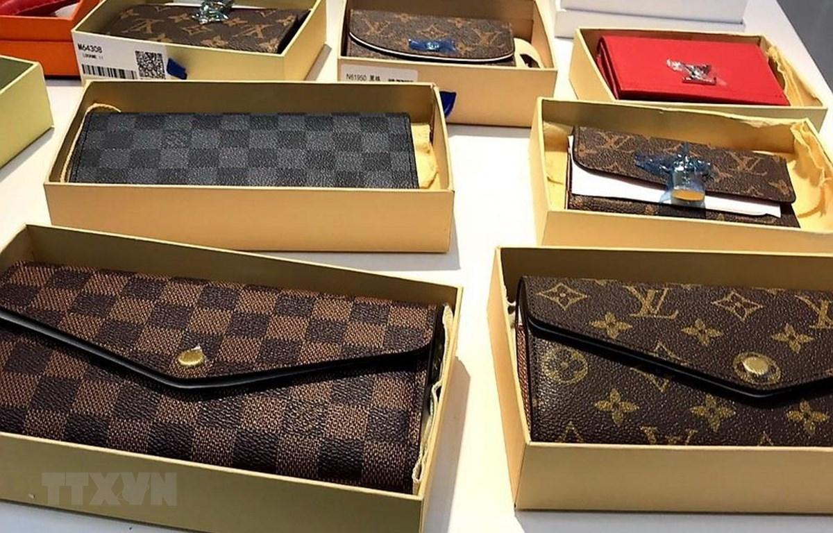 Hàng ngàn sản phẩm nhái thương hiệu nổi tiếng bị thu giữ. (Ảnh: TTXVN phát)