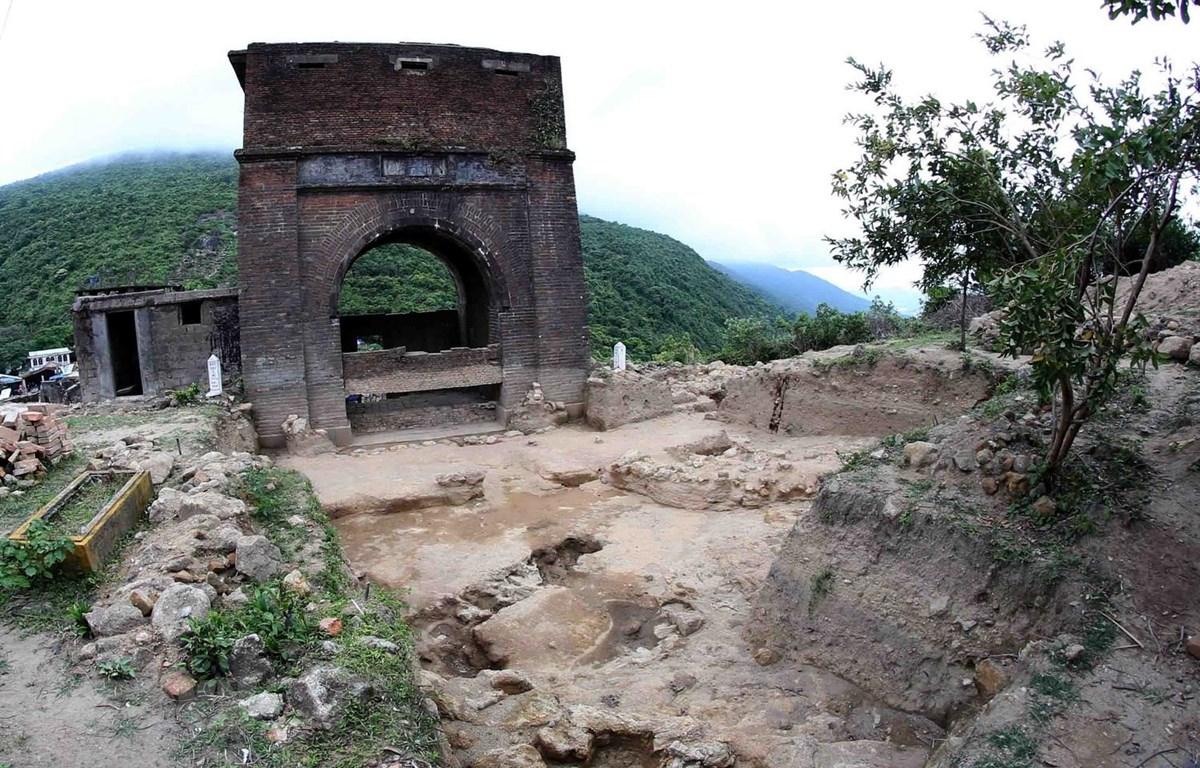 Nền móng các công trình tại Di tích Hải Vân Quan được phát lộ. (Ảnh: Trần Lê Lâm/TTXVN)