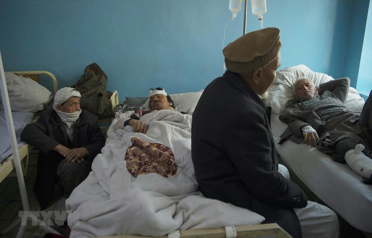 Người bị thương trong vụ đánh bom điều trị tại bệnh viện ở Kabul, Afghanistan. (Ảnh: AFP/TTXVN)