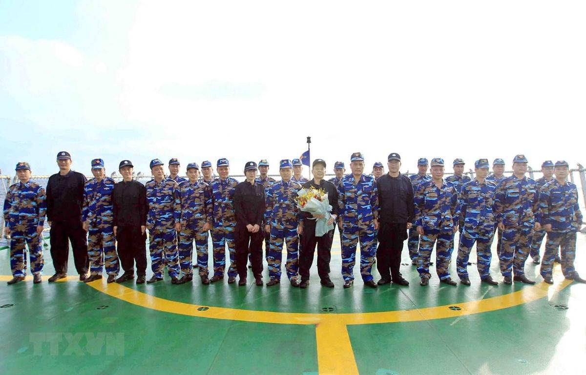 Lực lượng Cảnh sát biển Việt Nam và Trung Quốc chụp ảnh chung trước chuyến kiểm tra liên hợp nghề cá năm 2019. (Ảnh: An Đăng/TTXVN)