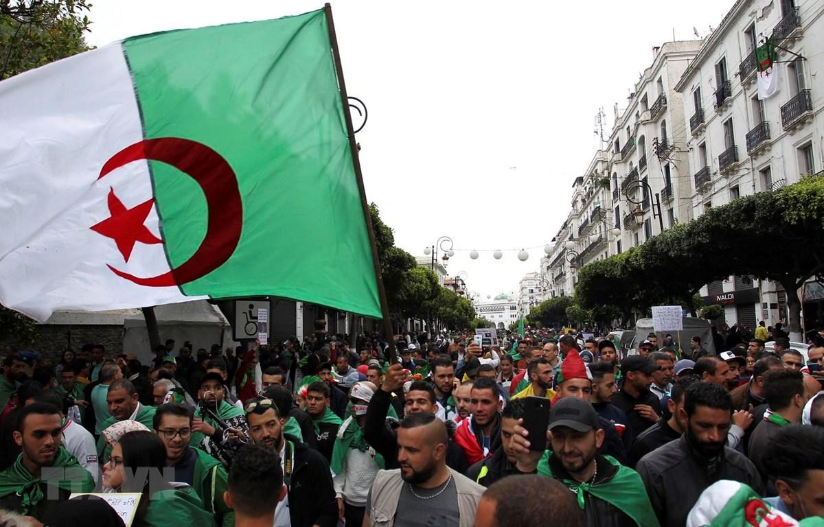 Người biểu tình phản đối tham nhũng tập trung tại thủ đô Algiers, Algeria, ngày 19/4 vừa qua. (Ảnh: AFP/TTXVN)
