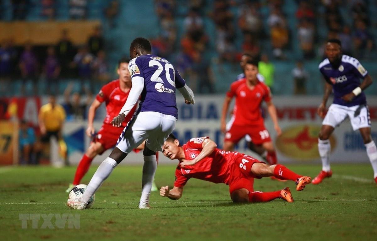 Pha đột phá của tiền vệ Pape Omar (20, Hà Nội FC) qua hậu vệ Hải Phòng để chuyền vào cho Hoàng Vũ Samson đánh đầu, nâng tỷ số trận đấu lên 2-1 cho Hà Nội FC. (Ảnh: Trọng Đạt/TTXVN)