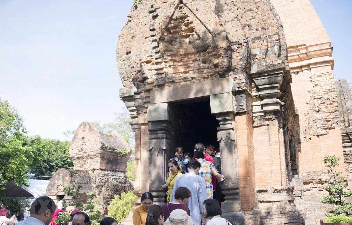 Người hành hương đến viếng ngôi tháp thờ Thiên Y Thánh Mẫu Ana. (Ảnh: Tiên Minh/TTXVN)