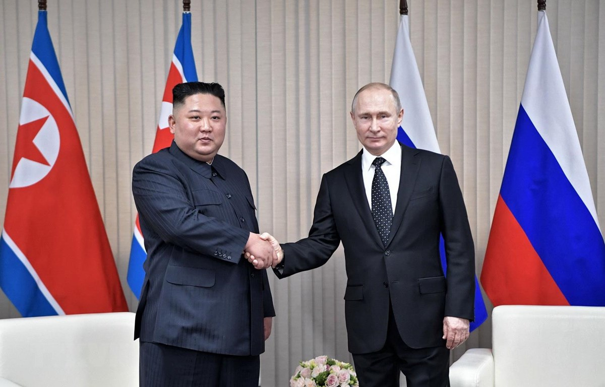 Tổng thống Nga Vladimir Putin và nhà lãnh đạo Triều Tiên Kim Jong-un trong cuộc gặp tại Trường Đại học Liên bang Viễn Đông ở đảo Rusky thuộc Vladivostok ngày 25/4. (Ảnh: AFP/TTXVN0