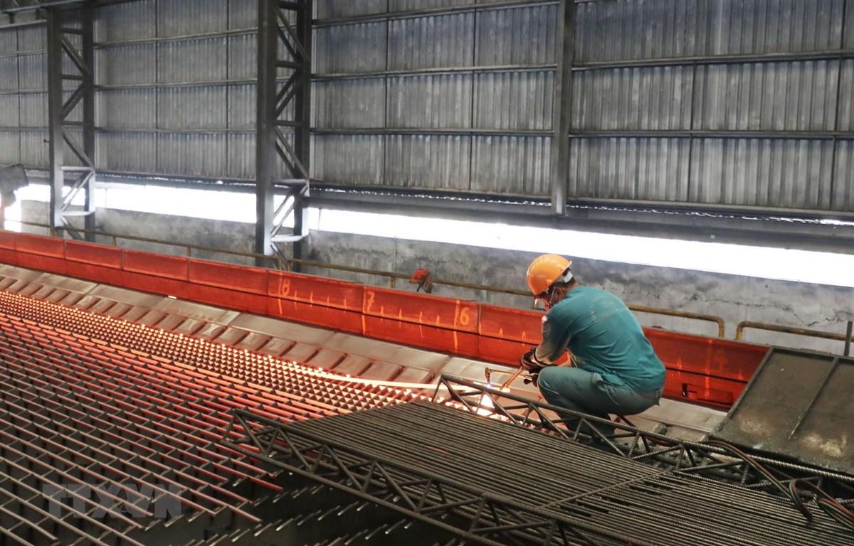 Thép cán ra lò tại Công ty Cổ phần gang thép Thái Nguyên. (Ảnh: Hoàng Nguyên/TTXVN)