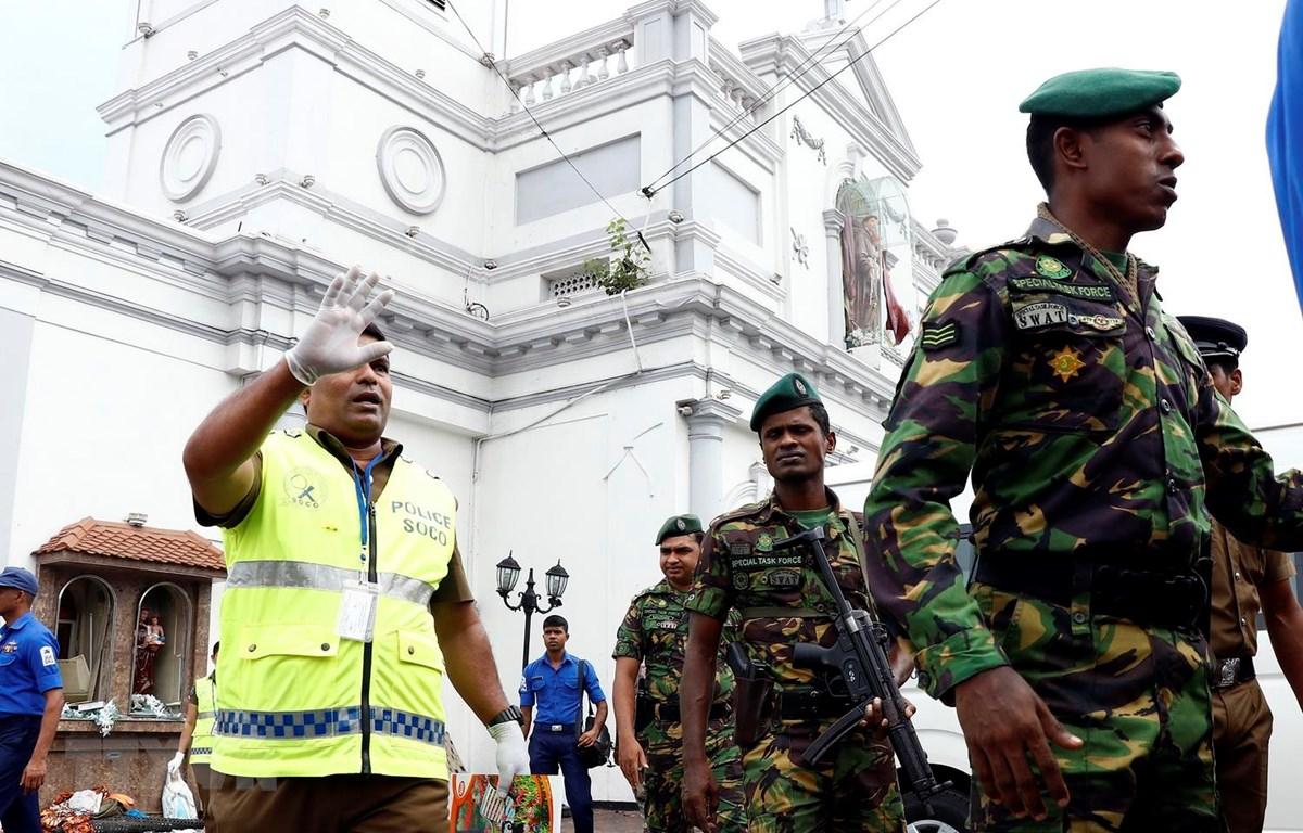 Lực lượng an ninh gác bên ngoài một nhà thờ tại Colombo, Sri Lanka, sau loạt vụ nổ ngày 21/4 vừa qua. (Ảnh: THX/TTXVN)