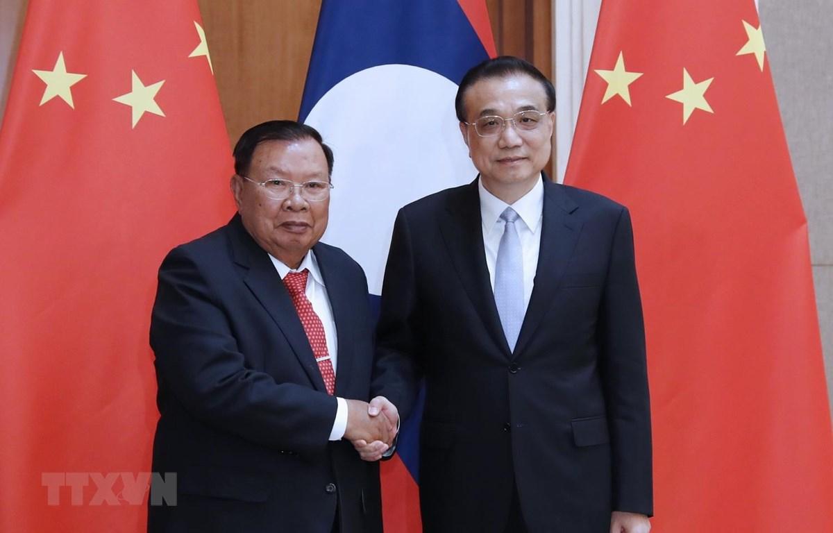 Thủ tướng Trung Quốc Lý Khắc Cường (phải) và Tổng Bí thư, Chủ tịch nước Lào Bounnhang Vorachit tại cuộc gặp ở Bắc Kinh ngày 25/4. (Ảnh: THX/TTXVN)