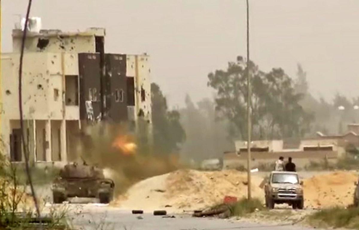 Giao tranh giữa lực lượng trung thành với Tướng Khalifa Haftar và binh sỹ quân đội Chính phủ Đoàn kết dân tộc Libya (GNA) tại khu vực ngoại ô Tripoli ngày 24/4 vừa qua. (Ảnh: AFP/TTXVN)