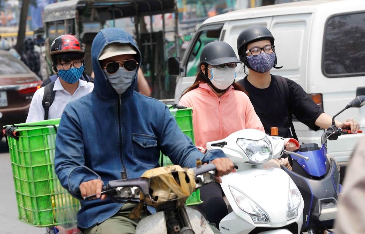 Nhân dân Thủ đô tham gia giao thông trong nắng nóng. (Ảnh: Doãn Tấn/TTXVN)