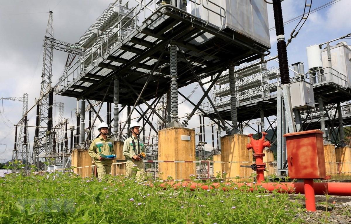Công nhân Công ty Truyền tải Điện kiểm tra kỹ thuật trong vận hành truyền tải điện tại trạm biến áp 500kV Đà Nẵng. (Ảnh: Ngọc Hà/TTXVN)