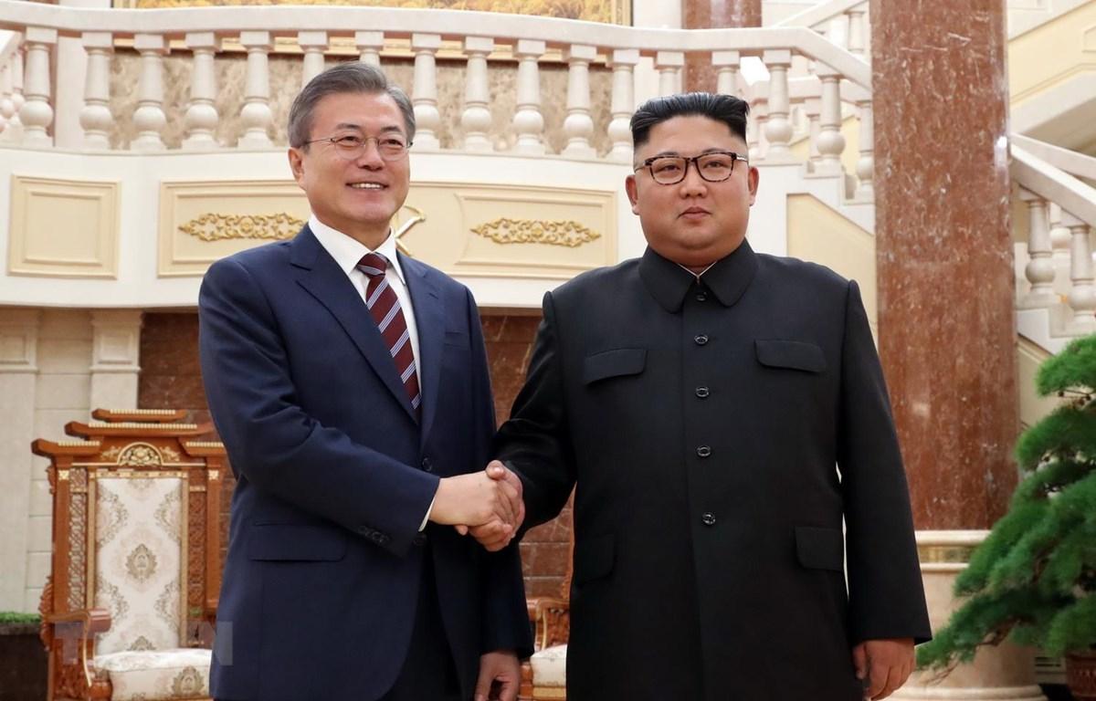 Nhà lãnh đạo Triều Tiên Kim Jong-un (phải) và Tổng thống Hàn Quốc Moon Jae-in tại Hội nghị thượng đỉnh lần ba ở Bình Nhưỡng ngày 18/9/2018. (Ảnh: AFP/TTXVN)