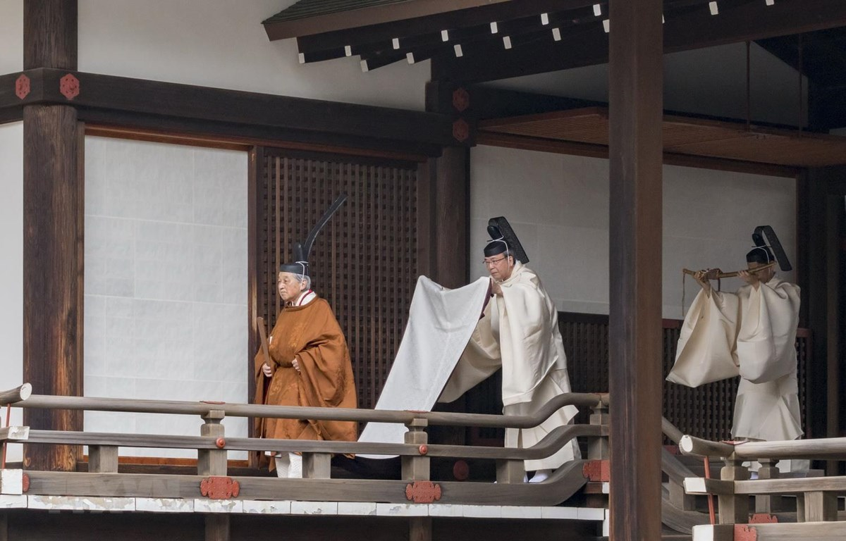 Nhật Hoàng Akihito (phải) rời khỏi ngôi đền Hoàng gia Kashikodokoro sau một nghi lễ trong lễ thoái vị, tại Tokyo ngày 30/4. (Ảnh: AFP/TTXVN)