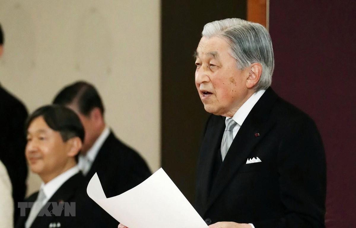 Nhật Hoàng Akihito (phải) tại lễ thoái vị trong Hoàng cung ở Tokyo ngày 30/4/2019. (Ảnh: AFP/TTXVN)
