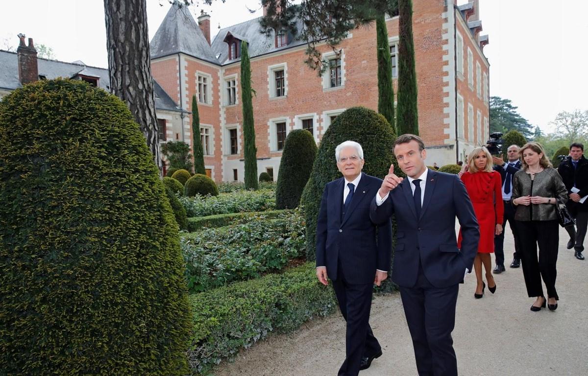 Tổng thống Pháp Emmanuel Macron (phải) và người đồng cấp Italy Sergio Mattarella (trái) thăm quan khuôn viên tòa lâu đài Clos Luce ở Amboise (Pháp), nhân lễ tưởng niệm 500 năm ngày mất của đại danh họa Leonardo da Vinci ngày 2/5. (Ảnh: AFP/TTXVN)