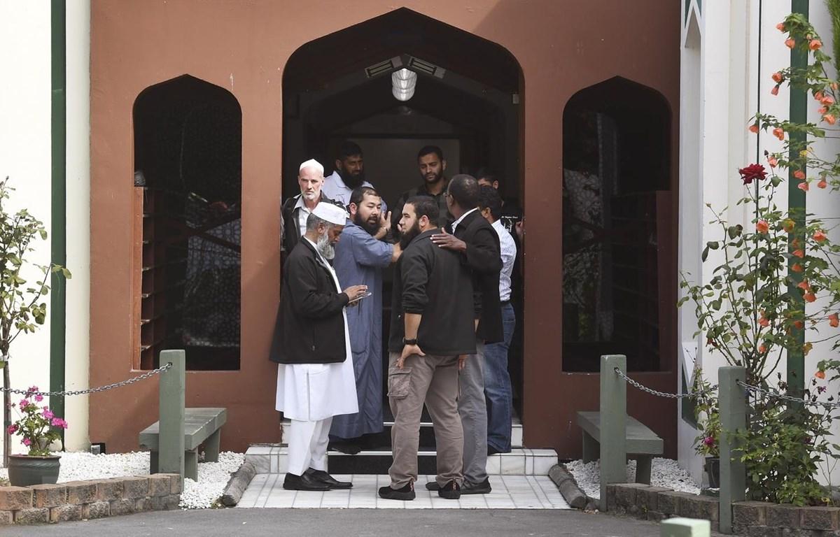 Người Hồi giáo vào cầu nguyện sau khi nhà thờ Al Noor ở Christchurch, New Zealand mở cửa trở lại ngày 23/3 vừa qua. (Ảnh: AFP/TTXVN)