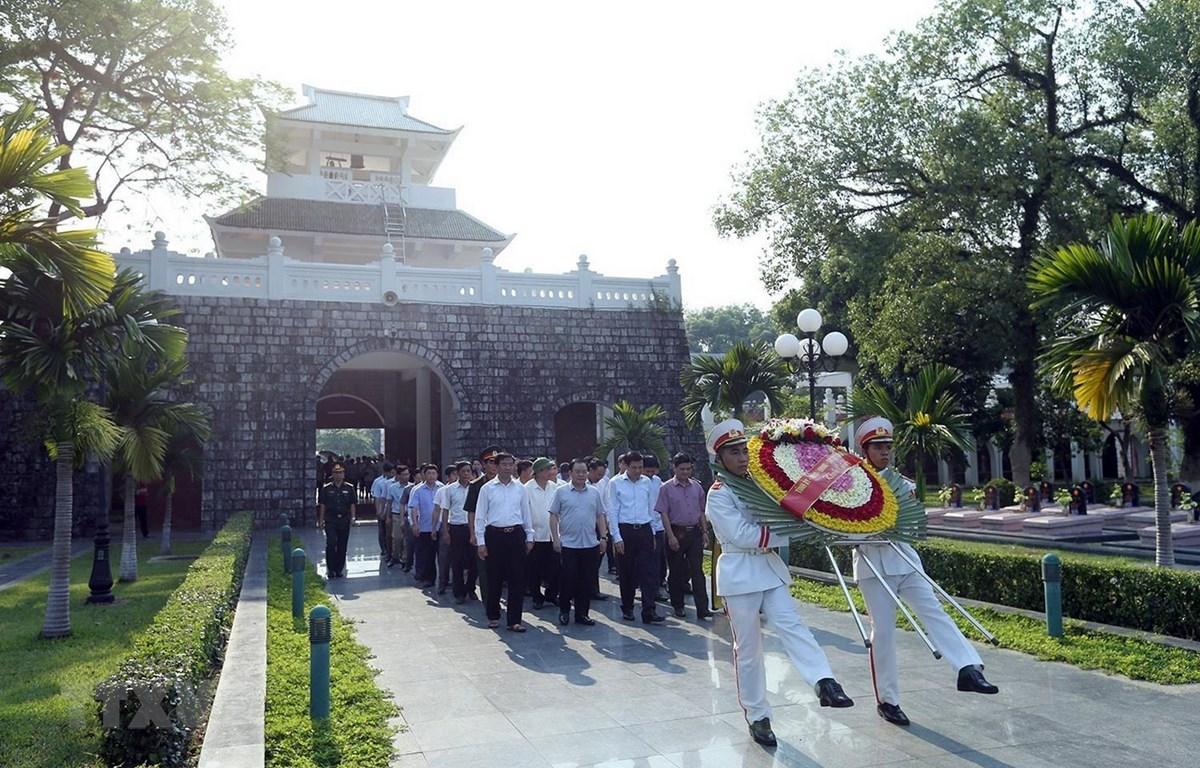 Đoàn đại biểu tỉnh Điện Biên đến đặt vòng hoa tưởng niệm các Anh hùng, liệt sỹ tại Nghĩa trang liệt sỹ A1. (Ảnh: Phan Tuấn Anh/TTXVN)