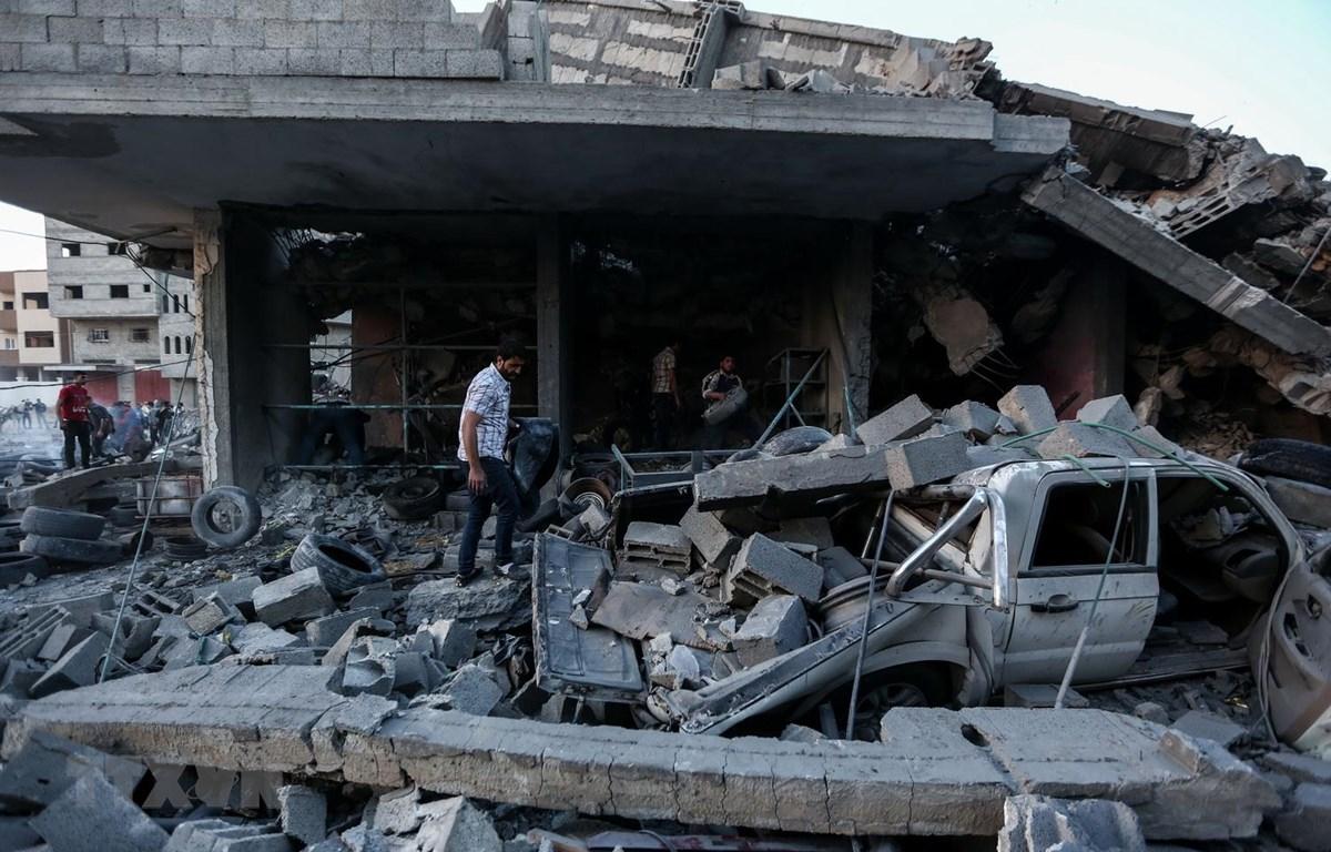 Cảnh đổ nát sau loạt không kích của máy bay Israel xuống Dải Gaza ngày 5/5. (Ảnh: THX/TTXVN)