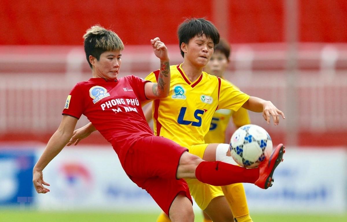 Pha tranh bóng giữa Nguyễn Thị Liễu (8, PPHN) và hậu vệ Thành phố Hồ Chí Minh 1. (Ảnh: Quang Nhựt/TTXVN)