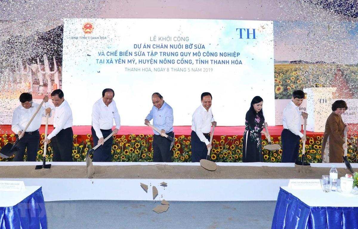 Thủ tướng Nguyễn Xuân Phúc và các đại biểu thực hiện nghi thức khởi công dự án chăn nuôi bò sữa và chế biến sữa tập trung quy mô công nghiệp. (Ảnh: Thống Nhất/TTXVN)