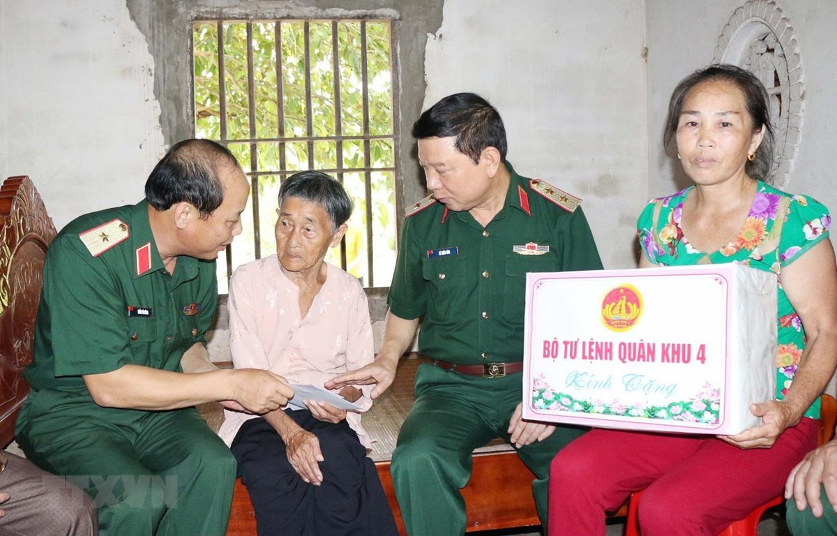 Đoàn công tác Tổng Cục Chính trị quân đội và Bộ Tư lệnh Quân khu 4 tặng quà cho Mẹ Việt Nam Anh hùng Phạm Thị Phi. (Ảnh: Nguyễn Oanh/TTXVN)