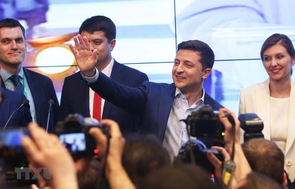 Tổng thống Ukraine Volodymyr Zelensky (thứ 2, phải) bên những người ủng hộ sau khi kết quả thăm dò cuộc bầu cử Tổng thống được công bố ở Kiev, ngày 21/4 vừa qua. (Ảnh: THX/TTXVN)
