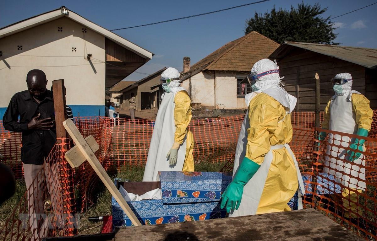 Nhân viên y tế tại trung tâm điều trị Ebola ở Beni, CHDC Congo. (Ảnh: AFP/TTXVN)