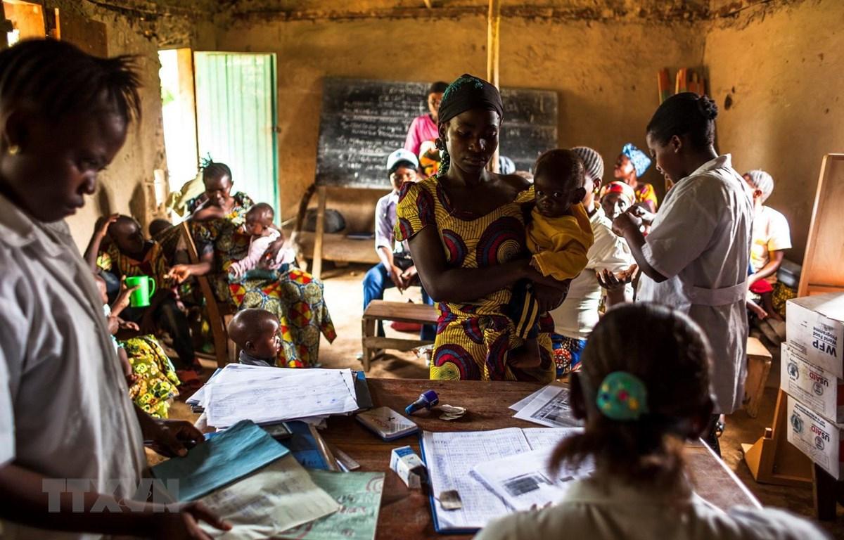 Kiểm tra sức khỏe cho trẻ em bị suy dinh dưỡng tại Mavivi, khu vực Beni, CHDC Congo. (Ảnh: AFP/TTXVN)
