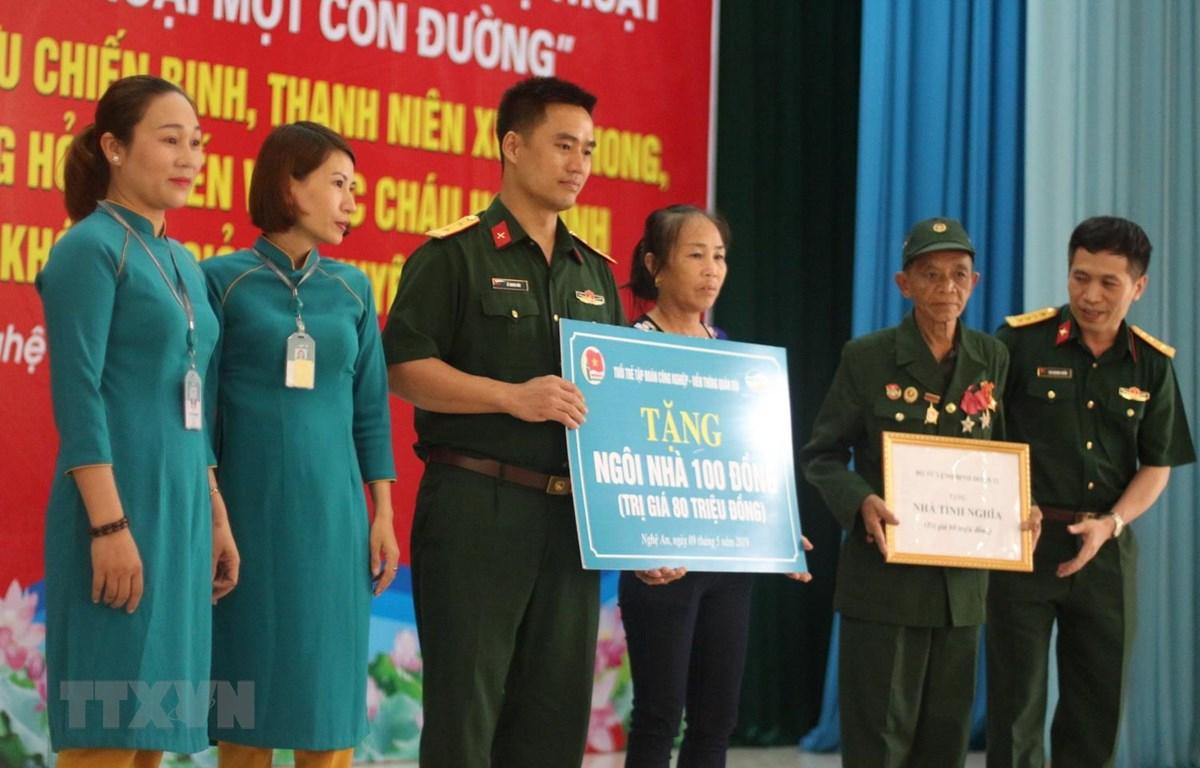 Thượng tá Trần văn Tuân, Chủ tịch hội Trường Sơn Nghệ An gặp gỡ các cựu binh Trường Sơn năm xưa. (Ảnh: Nguyễn Oanh/TTXVN)