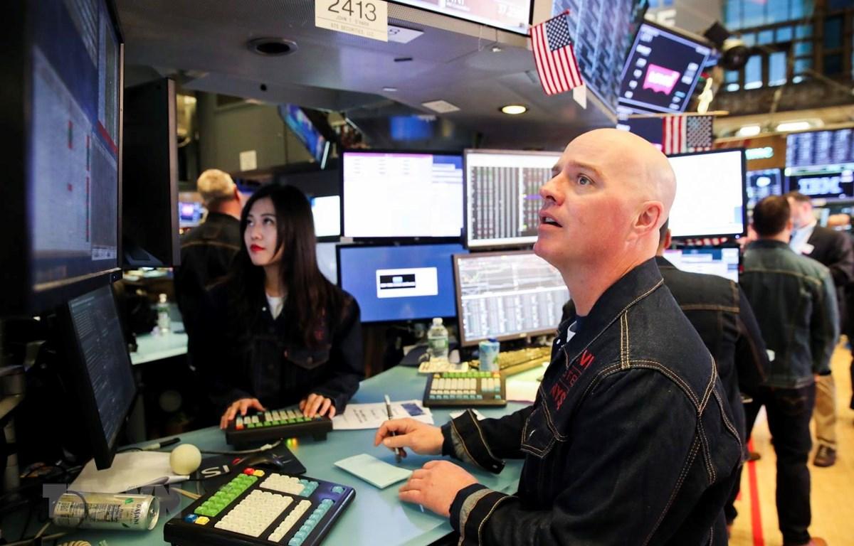Một phiên giao dịch viên tại Sàn giao dịch chứng khoán New York của Mỹ. (Ảnh: THX/TTXVN)