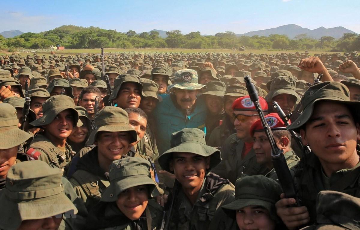 Tổng thống Nicolas Maduro (giữa) chụp ảnh với các binh sỹ trong chuyến thị sát cuộc diễn tập của Lực lượng vũ trang quốc gia Bolivar (FANB) tại thành phố El Pao, Venezuela. (Ảnh: AFP/TTXVN)