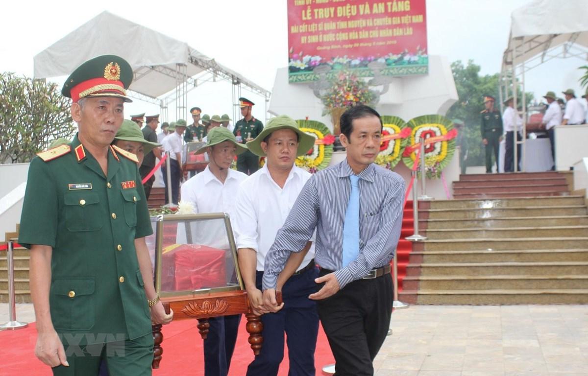 Các đại biểu và đông đảo người dân tiễn đưa anh linh các liệt sỹ về với đất mẹ quê hương. (Ảnh: Võ Dung/TTXVN)