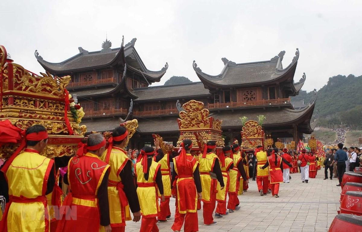 Lễ rước nước từ hồ Tam Chúc lên chùa Ngọc. (Ảnh: Thanh Tùng/TTXVN)