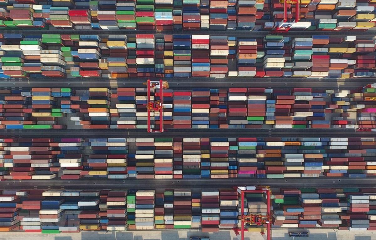Hàng hóa được xếp tại cảng ở Thượng Hải, Trung Quốc ngày 25-7-2018. Ảnh: THX/TTXVN