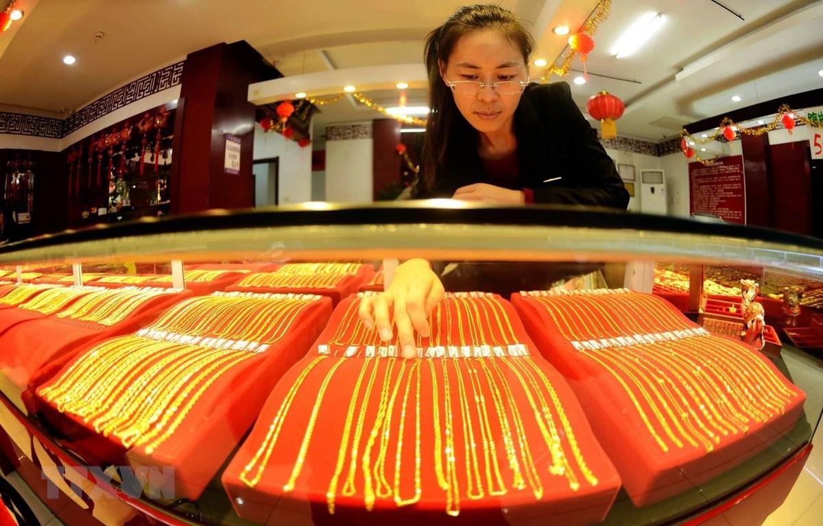 Vàng được bày bán tại cửa hàng ở Thanh Đảo, tỉnh Sơn Đông của Trung Quốc. (Ảnh: AFP/TTXVN)
