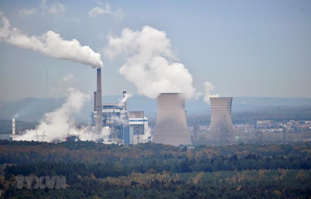 Khí thải bốc lên từ nhà máy ở Saint-Avold, miền đông Pháp ngày 31/10/2018. (Ảnh: AFP/TTXVN)