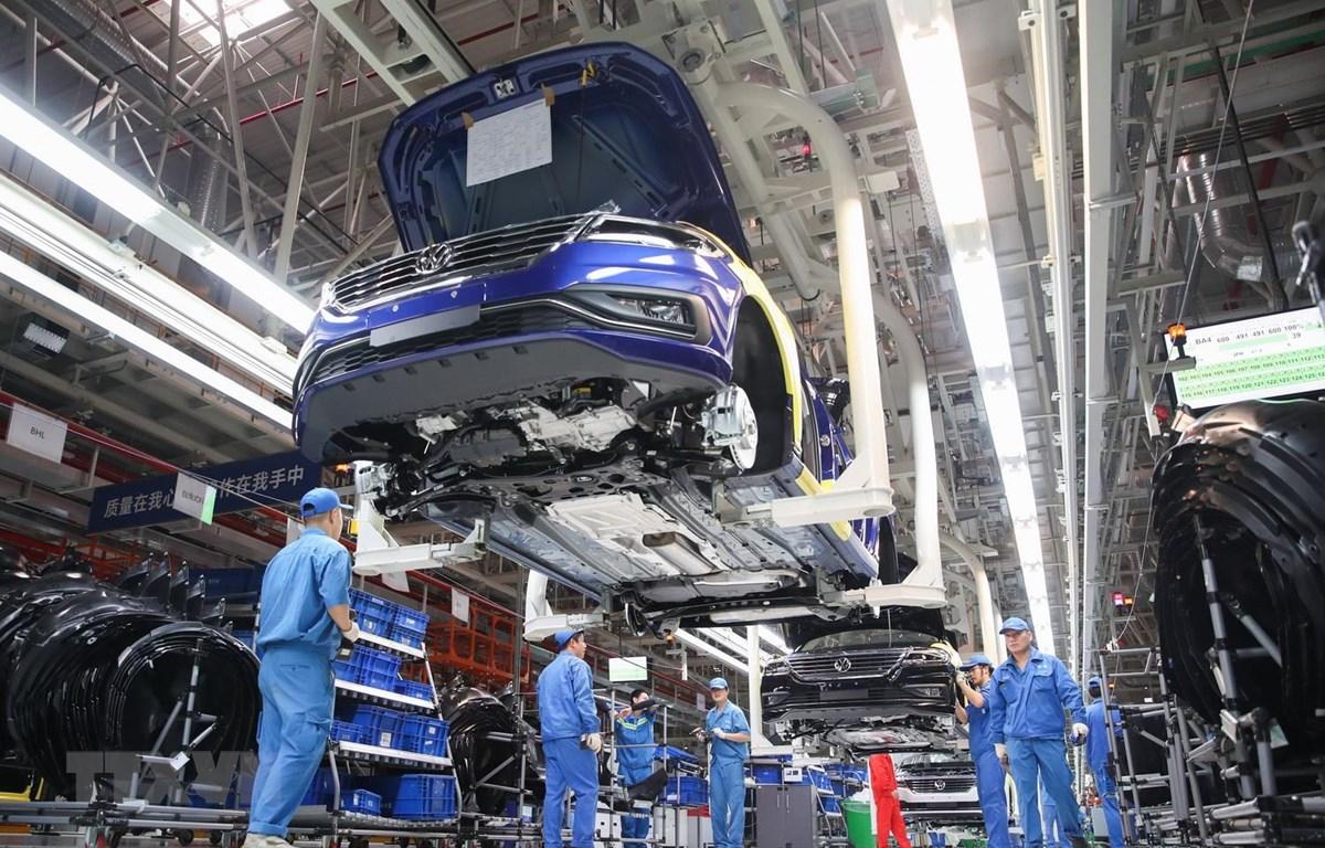 Dây chuyền lắp ráp xe SAIC-Volkswagen tại nhà máy ở Thượng Hải của Trung Quốc. (Ảnh: THX/TTXVN)