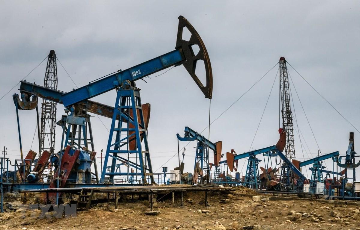 Một cơ sở khai thác dầu ở ngoại ô Baku của Azerbaijan. (Ảnh: AFP/TTXVN)