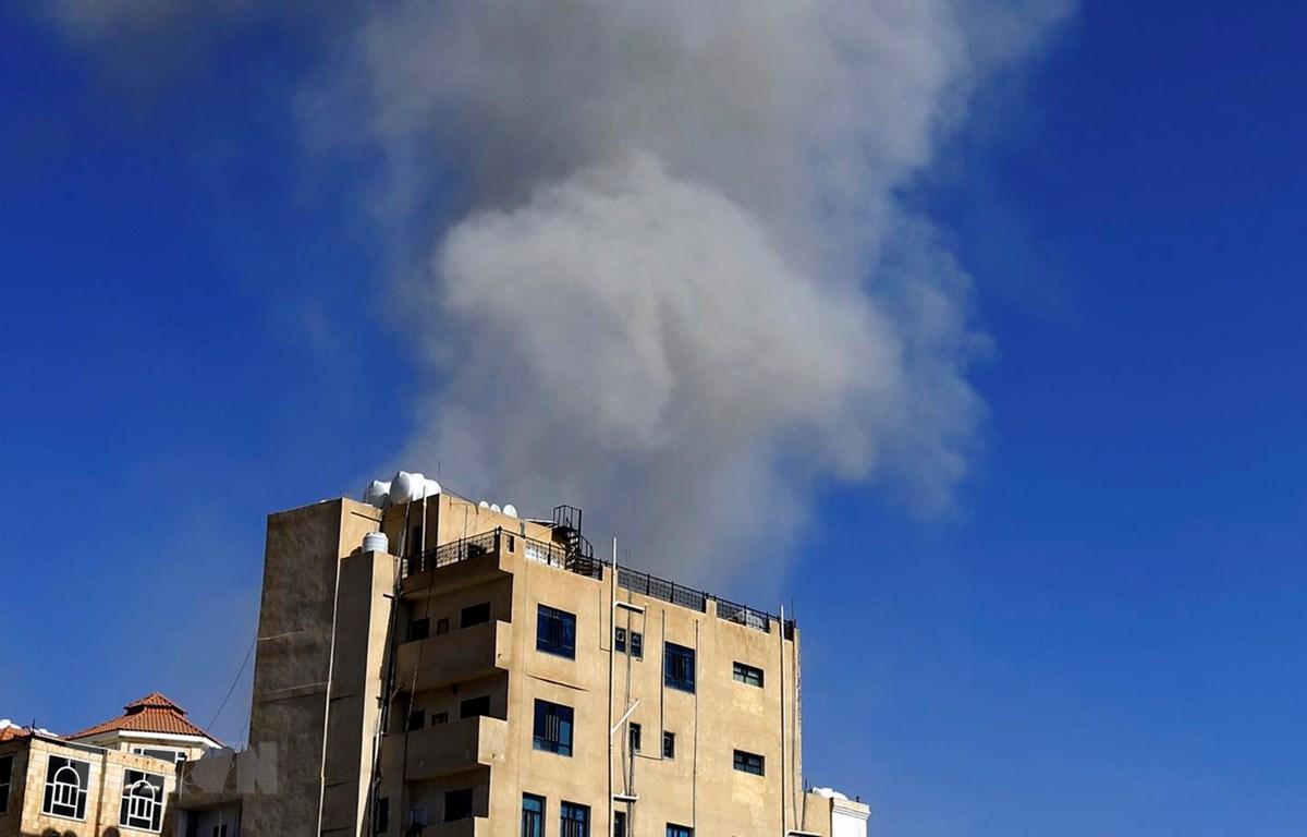 Khói bốc lên sau một cuộc không kích tại Sanaa của Yemen, ngày 16/5. (Ảnh: AFP/TTXVN)