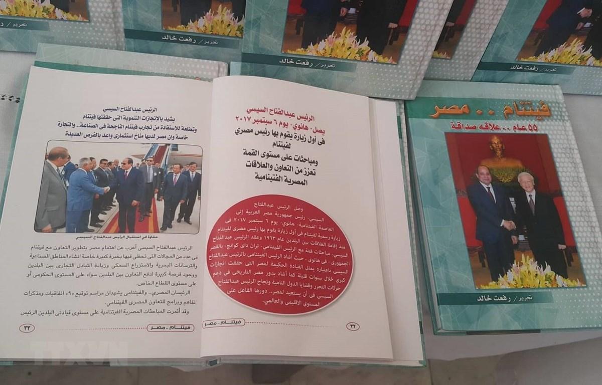 """Cuốn sách """"55 năm quan hệ hữu nghị Việt Nam Ai Cập"""" bằng tiếng Arab của nhà văn, nhà báo Ai Cập Refat Khaled. (Ảnh: Anh Tuấn/TTXVN)"""