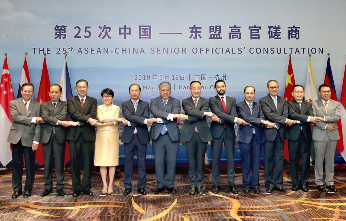 Các quan chức cấp cao ASEAN và Trung Quốc chụp hình chung. (Ảnh: Lương Tuấn/TTXVN)