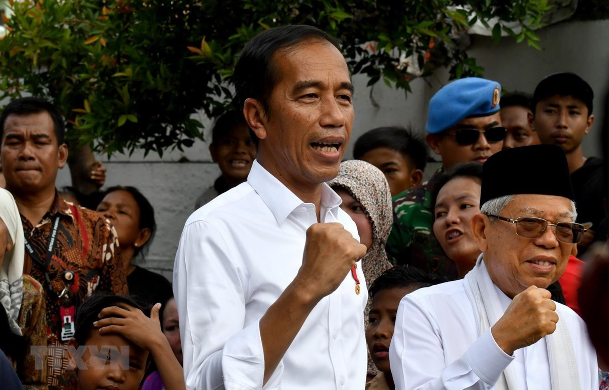 Tổng thống Indonesia Joko Widodo (giữa) và ông Ma'ruf Amen (phải) xuất hiện trước người dân ở Jakarta ngày 21/5. (Ảnh: AFP/TTXVN)