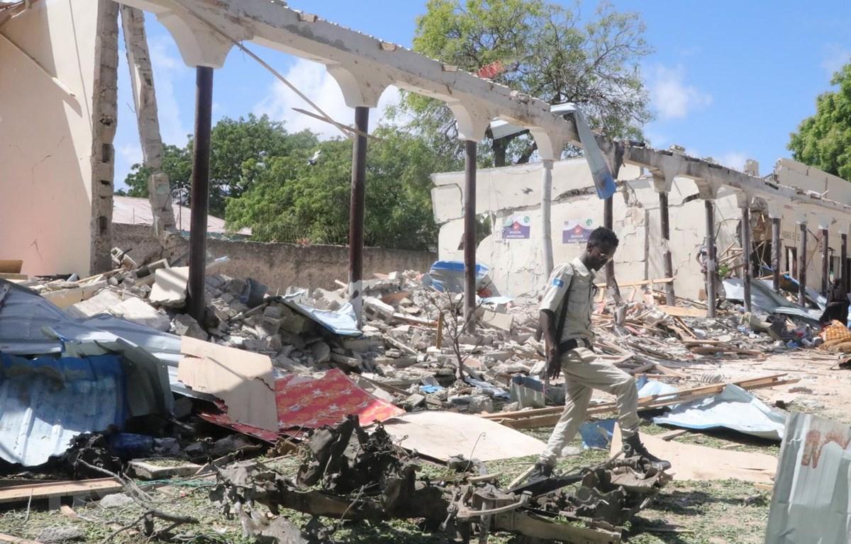 Hiện trường một vụ đánh bom xe tại Mogadishu của Somalia, ngày 14/5 vừa qua. (Ảnh: THX/TTXVN)