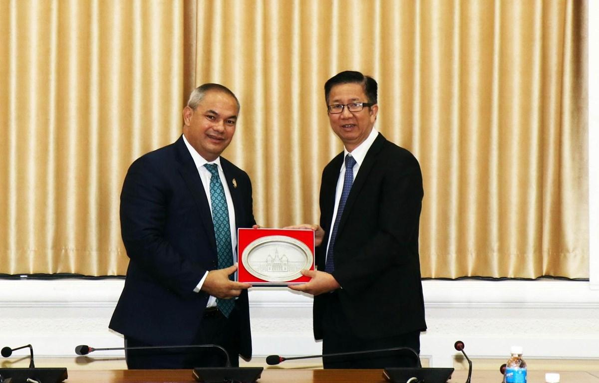 Ông Phạm Đức Hải, Phó Chủ tịch HĐND Thành phố Hồ Chí Minh (phải) tiếp ông Tom Tate, Thị trưởng thành phố Gold Coast, bang Queensland của Australia. (Ảnh: Xuân Khu/TTXVN)